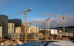 OSLO Norge - mars 16, 2018: Byggnadsplats med kranar och behållare i Bjorvika i Oslo, bredvid operahuset Royaltyfria Bilder