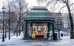 OSLO NORGE - mars 16, 2018: Den gamla Narvesen tidningskiosket shoppar i Eidsvollsplass, den Karl Johans gatan i Oslo, buildt in Arkivbilder