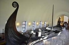 OSLO NORGE - NOVEMBER, 17: Viking som är drakkar i det Viking museet i Oslo, Norge på November 17, 2013 Fotografering för Bildbyråer