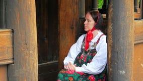 OSLO - NORUEGA, AGOSTO DE 2015: , ropa scandiavian tradicional del vestido de la mujer almacen de video