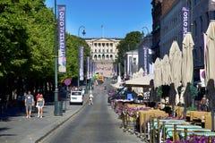 OSLO, NORUEGA - 17 DE AGOSTO DE 2016: A rua principal Karl Johans de Oslo da caminhada dos povos no centro com Royal Palace no fu Fotos de Stock Royalty Free