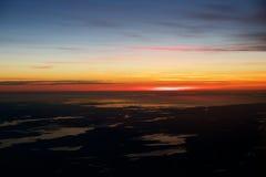 OSLO, NORUEGA - 21 de enero de 2017: Vea de la salida del sol, Noruega durante invierno por dentro del avión durante mi Lufthansa Foto de archivo libre de regalías