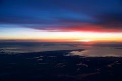 OSLO, NORUEGA - 21 de enero de 2017: Vea de la salida del sol, Noruega durante invierno por dentro del avión durante mi Lufthansa Fotografía de archivo libre de regalías