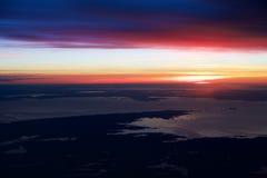 OSLO, NORUEGA - 21 de enero de 2017: Vea de la salida del sol, Noruega durante invierno por dentro del avión durante mi Lufthansa Foto de archivo