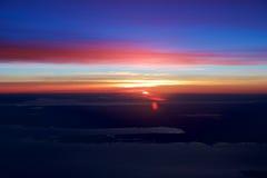 OSLO, NORUEGA - 21 de enero de 2017: Vea de la salida del sol, Noruega durante invierno por dentro del avión durante mi Lufthansa Fotografía de archivo