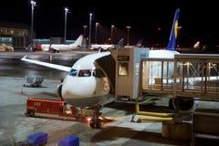 OSLO, NORUEGA - 21 de janeiro de 2017: Avião de Lufthansa Airbus A320 na porta pronta para embarcar, cedo na manhã Fotografia de Stock
