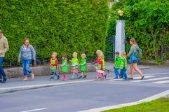 OSLO, NORUEGA - 8 DE JULHO DE 2015: Grupo de jardim de infância Imagens de Stock