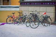 OSLO, NORUEGA - MARZO, 26, 2018: La vista al aire libre de muchos bycicles parqueó en la nieve en los sreets de la ciudad de Oslo Imagenes de archivo