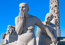 Oslo noruega O parque de Vigeland Duas mulheres adultas imagem de stock royalty free