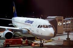OSLO, NORVÈGE - 21 janvier 2017 : Avion de Lufthansa Airbus A320 à la porte prête pour embarquer, tôt le matin Photographie stock