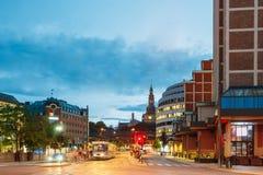 Oslo, Norvège Le tram s'écarte d'un arrêt sur la rue de porte de Biskop Gunnerus Photographie stock