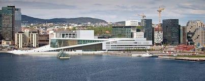OSLO, NORVÈGE - 15 MAI 2012 : Vue de partie centrale d'Oslo avec le théatre de l'opéra photos stock