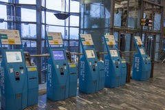 OSLO, NORVÈGE - 27 novembre 2014 : Dégagement automatique a de passager Photos stock
