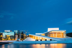 Oslo Norvège Vue de soirée de Chambre lumineuse de ballet d'opéra parmi Image stock
