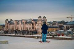 OSLO, NORVEGIA - 26 MARZO, 2018: Il punto di vista all'aperto della donna non identificata con lo skii copre all'edificio di Ski  Immagini Stock Libere da Diritti