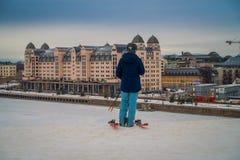 OSLO, NORVEGIA - 26 MARZO, 2018: Il punto di vista all'aperto della donna non identificata con lo skii copre all'edificio di Ski  Fotografie Stock