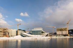 Oslo, Norvegia, marzo 2018: Il teatro dell'opera circondato dalle gru Inverno e neve, open water nella priorità alta Fotografia Stock