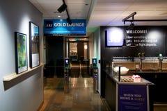 OSLO, NORWEGEN - 21. Januar 2017: Flughafeninnenraum, Dämpfungsregler-Aufenthaltsraum, Eingang zum Dämpfungsregler-Gold lizenzfreie stockbilder