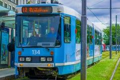 OSLO, NORWEGEN - 8. JULI 2015: Eine Tram, die aufhebt Stockfoto