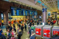 OSLO, NORWEGEN - MÄRZ, 26, 2018: Menge von den Leuten, die an zentraler Bahnstation Oslos gehen, ist der größte Bahnhof herein Lizenzfreie Stockfotos