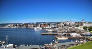 OSLO, NORWEGIA †'SIERPIEŃ 17, 2016: Widok panorama na Oslo Harbo Zdjęcia Royalty Free