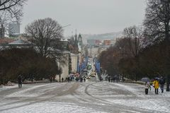Oslo, Norwegia, Grudzień/- 9 2019: ludzie na przejściu pałac królewski w śnieżnym dniu fotografia stock