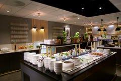 OSLO NORWEGIA, JAN, - 21st, 2017: lotniskowy klasa business holu wnętrze SAS bufet i jeść teren w częstej ulotce, Fotografia Stock