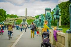 OSLO, NORWEGIA - 8 LIPIEC, 2015: Turyści cieszy się a fotografia stock