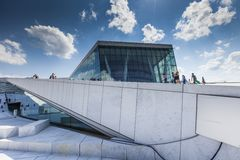 OSLO NORWEGIA, LIPIEC, - 09: Widok na stronie Krajowa Oslo opera na Lipu 09, 2014 w Oslo, Norwegia Obrazy Stock