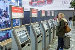 OSLO, NORWEGIA - 27 2014 Listopad: Automatyczna pasażerska odprawa a Fotografia Royalty Free