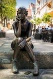 OSLO NORWEGIA, MAJ, - 30, 2018: Brązowa rzeźba przy Bankplassen dzwoni Posadzona dziewczyna z hełmofonami i zrobi Marit Krogh w 2 obrazy royalty free