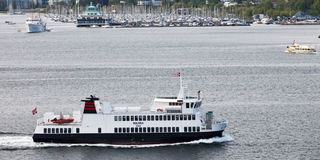 OSLO NORWEGIA, MAJ, - 17, 2012: Mały prom Huldra odtransportowywa pasażerów w nawadnia Oslo Obraz Stock