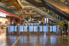 Oslo Norwegia, Mar 14 2018, -: Automatyczny wejście z rozdziałem dla karty w stacji zdjęcia stock