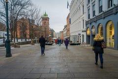 OSLO NORWEGIA, MARZEC, -, 26, 2018: Plenerowy widok niezidentyfikowani ludzie chodzi w ulicach Oslo miasteczko fotografia royalty free