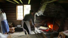 OSLO, NORWEGIA -, SIERPIEŃ 2015: , tradycjonalnie ubierający ludzie robi lefse zbiory
