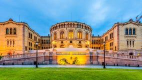 Oslo parlament på skymning Arkivfoto