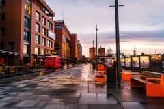 Oslo van de binnenstad, Noorwegen, op een bewolkte ochtend, met vastgelegde boten en minimalistic Skandinavisch-stijlgebouwen royalty-vrije stock foto