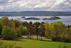 Oslofjord in de lente met vers rond groen royalty-vrije stock afbeelding