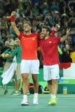 OSmästare Rafael Nadal och Mark Lopez av Spanien firar seger på mäns dubblettfinalen av Rio de Janeiro 2016 OS:er Arkivfoton