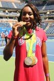OSmästaresimmaren Simone Manuel deltar på Arthur Ashe Kids Day 2016 fotografering för bildbyråer