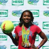 OSmästaresimmaren Simone Manuel deltar på Arthur Ashe Kids Day 2016 Royaltyfri Bild