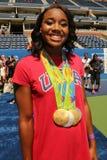 OSmästaresimmaren Simone Manuel deltar på Arthur Ashe Kids Day 2016 Royaltyfria Bilder