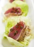 Osmalony Ahi tuńczyk w sałaty filiżance Zdjęcia Stock