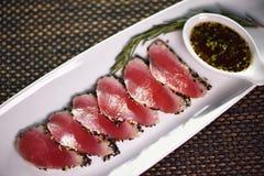 Osmalony tuńczyka sashimi na bielu talerzu Obrazy Royalty Free