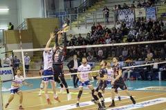 Osmany Juantorena, medan utföra en spektakulär volleybolldribbling arkivbild