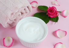 Osmetic Ð-¡ sahnt Badtuch mit rosa Blumen lizenzfreie stockfotos