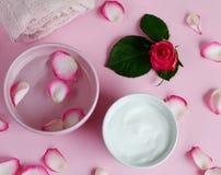 Osmetic κρέμες Ð ¡ και πετσέτα λουτρών με τα ρόδινα λουλούδια Στοκ εικόνες με δικαίωμα ελεύθερης χρήσης