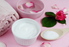 Osmetic κρέμες Ð ¡ και πετσέτα λουτρών με τα ρόδινα λουλούδια Στοκ Εικόνα