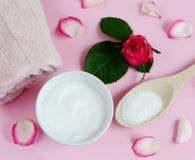 Osmetic κρέμες Ð ¡ και πετσέτα λουτρών με τα ρόδινα λουλούδια Στοκ Φωτογραφία