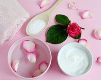 Osmetic κρέμες Ð ¡ και πετσέτα λουτρών με τα ρόδινα λουλούδια Στοκ φωτογραφία με δικαίωμα ελεύθερης χρήσης
